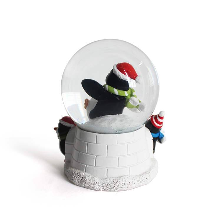 2019 hot style selling environmentally friendly christmas decorations snow globe Resin music